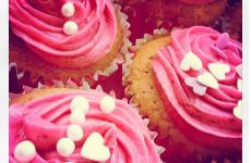 cupcakes med hvid chokolade og hindbær